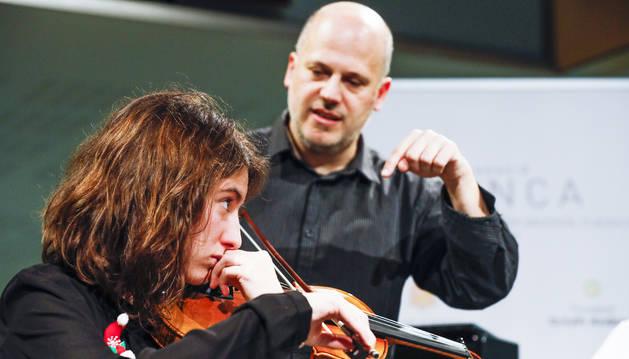 La Sara Farran (17 anys) toca concentrada el violí, seguint les instruccions de Jordi Coll, tutor de la Jonca.
