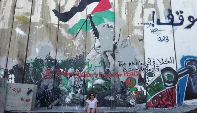 La Sònia Matute al mur de Palestina