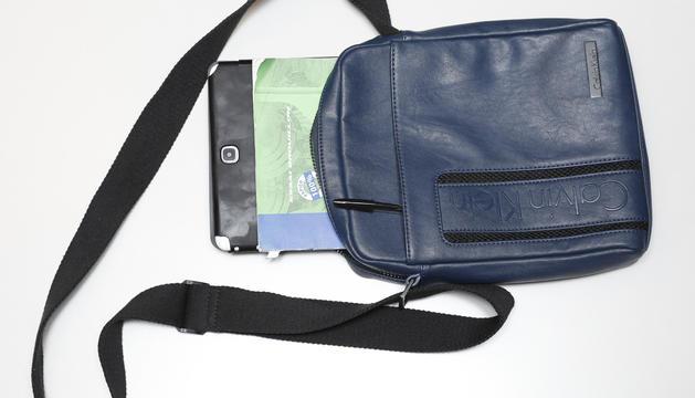 6. En aquesta bossa hi porto l'equipament de desplaçament, amb la tauleta i la llibreta.