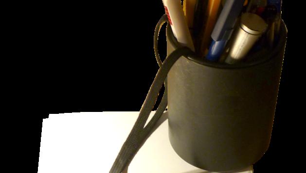 2. Tot i l'ordinador, no renuncio al paper. Aquest és un pot amb bolígrafs i paper de casa.