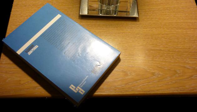 5. Sempre hi ha un llibre a la tauleta de nit. Ara, el del Joan Peruga.