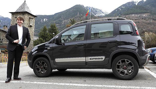 Carles Naudi al costat del seu Fiat Panda 4x4 pensat per conduir amb neu.