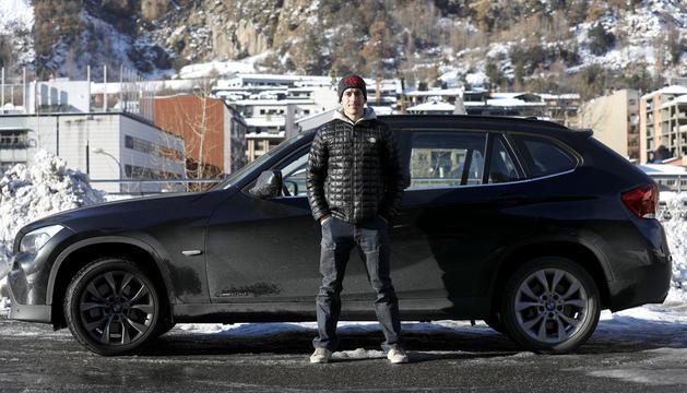 Julio pintado amb el seu cotxe, un BMW X1.