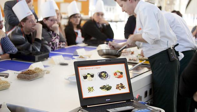 El xef de la fundació Alícia, Marc Puig-Pey, durant un taller de cuina per explicar hàbits saludables.