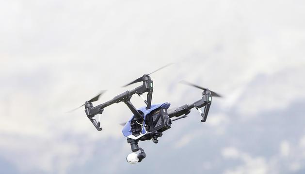 Un dron amb càmera incorporada volant pel país.