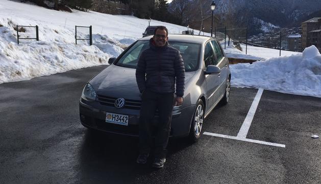 El Marcel posa al costat del seu cotxe, que aquest cop no és de carreres.