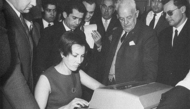El dia de la inauguració de la primera central automàtica de tèlex (1968).