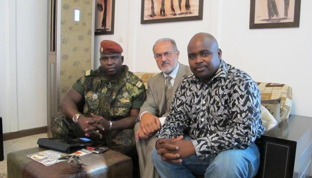 Jesús Real a Guinea Conakry amb el ministre d'Indústria i un representant local.