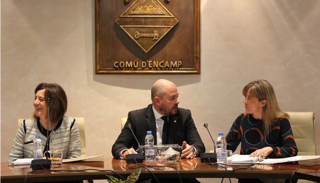 Els cònsols major i menor d'Encamp, Jordi Torres i Esther París, durant la sessió de comú.