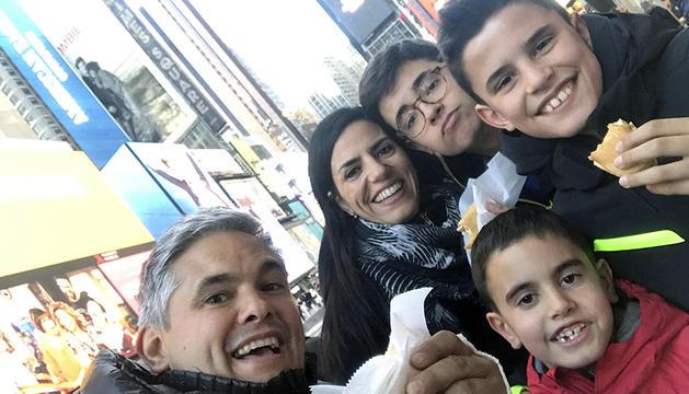 2. I, per la resta, la família és essencial. Aquesta és la meva dona i els meus tres fills.