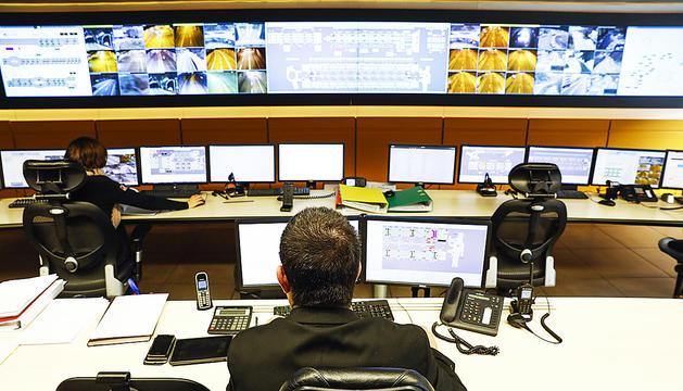 Des de la sala de control de Mobilitat es monitora tota la xarxa viària, inclosos nou túnels del país.