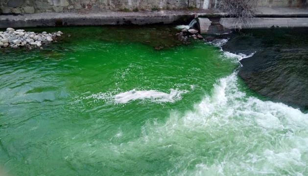 El riu Valira, tenyit de verd