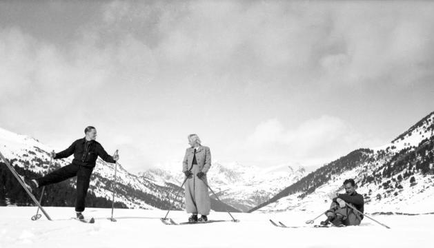 L'avi Alexander i l'àvia Olivia amb un amic a les muntanyes d'Andorra.