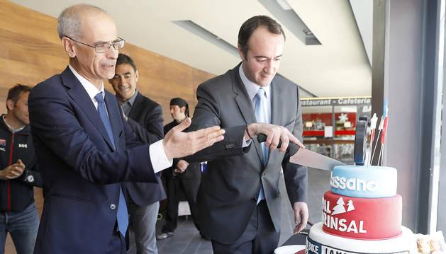 Toni Martí i David Baró tallant el pastís commemoratiu després d'iniciar el compte enrere per a la Copa del Món i el Mundial Master.