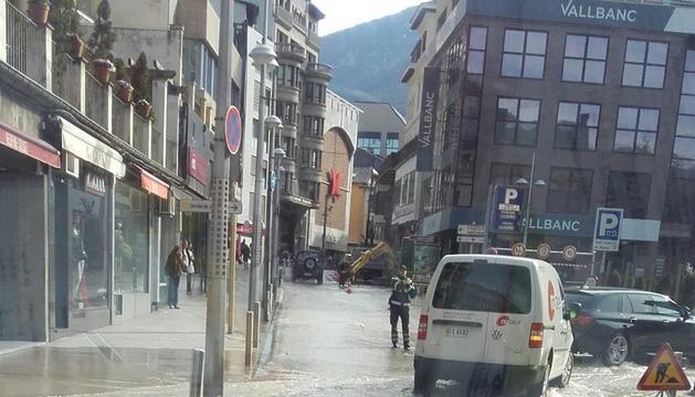 Imatge dels carrers inundats després que la canonada hagi rebentat