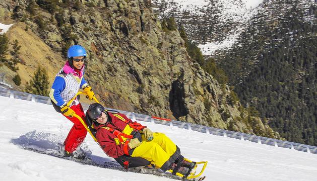 Els voluntaris s'han format per poder conduir les cadires que permeten esquiar a persones amb f