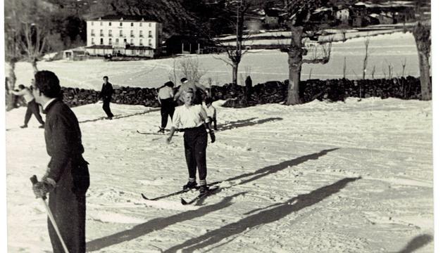 Esquiadors davant de l'antic Hotel Coma d'Ordino (1947).