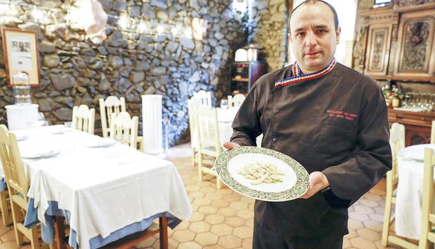 El cuiner Marc Benet mostra el plat d'espardenyes amb alls tendres i mongetes del ganxet