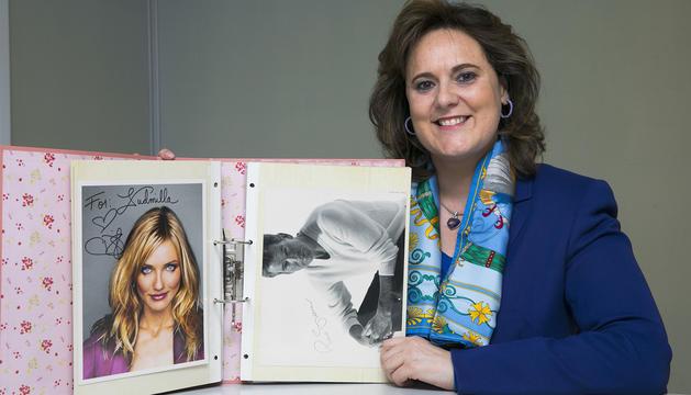 Ludmilla Lacueva mostra l'àlbum amb fotografies i autògrafs d'estrelles de cine