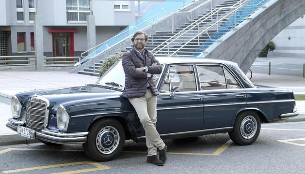 Joan Babot amb el Mercedes 280S que va comprar el seu padrí l'any 1970.
