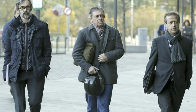 Jordi Pujol Ferrusola, al mig, i els seus advocats.