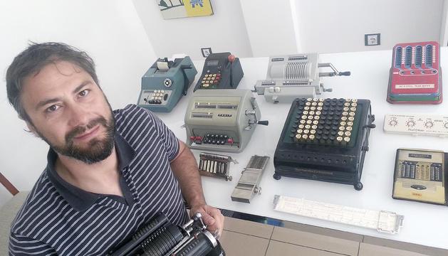 El primer secretari del PS té una desena de màquines de càlcul antigues