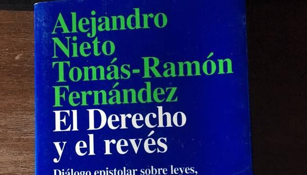 5. Un altre llibre que repasso és El Derecho y el revés, un llibre sobre lleis, advocats i jutges.