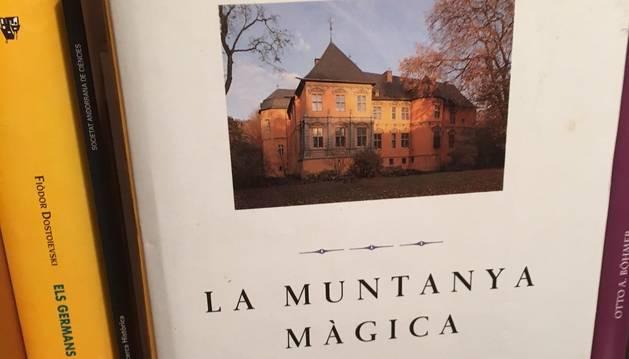 4. El meu llibre de capçalera és La muntanya màgica, de Thomas Mann, una novel·la que rellegeixo de tant en tant.