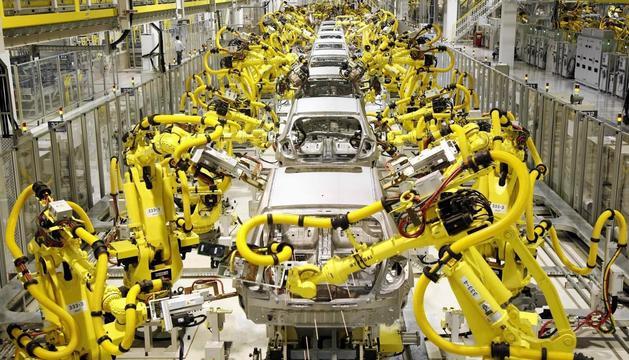 Vista d'una fàbrica d'automòbils que funciona de manera totalment mecanitzada.