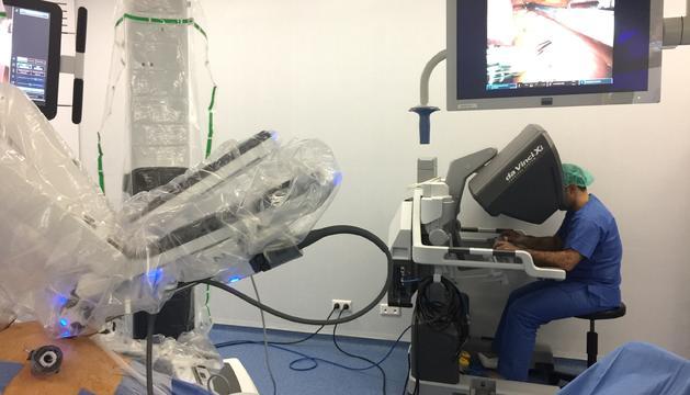 El doctor Vilallonga amb el robot per operar.