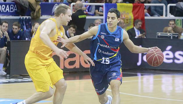 David Navarro sent defensat per Brad Oleson del Barça, en el partit de la primera volta al Poliesportiu.