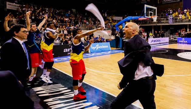 Joan Peñarroya i els jugadors celebren una acció del partit contra el València.