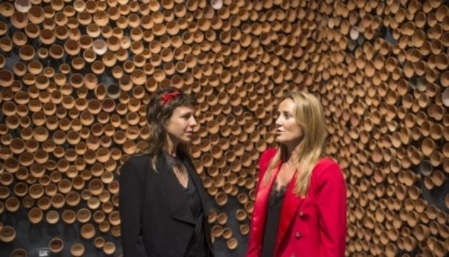 L'artista Eve Ariza i la ministra de Cultura, Joventut i Esports, Olga Gelabert, al pavelló d'Andorra a la Biennal de Venècia.