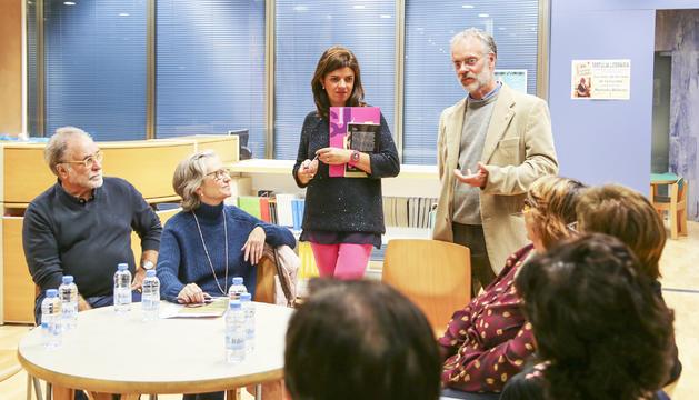 Assistents a un dels clubs de lectura organitzats a la biblioteca comunal universitària de Sant Julià de Lòria.
