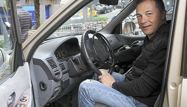 El Xavier a l'interior del seu Kia Carnival.