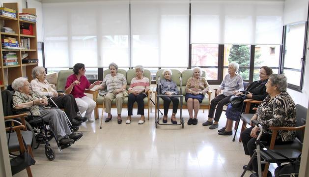 Una de les activitats per als residents i els usuaris del centre de dia, per ajudar a millorar la memòria.