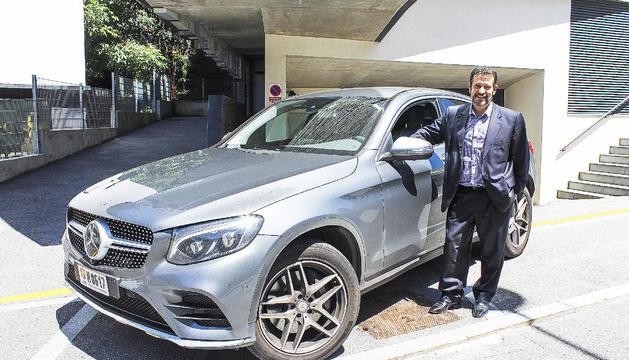 L'Òscar Fernàndez al costat del cotxe nou.