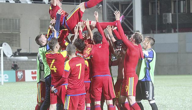 El mític Josep Manel Ayala sent mantejat en el seu comiat pels seus companys de selecció.