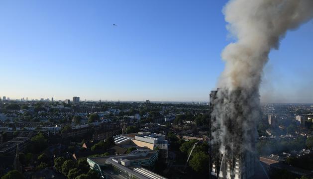L'edifici, encara en flames, en una imatge d'ahir a la tarda.