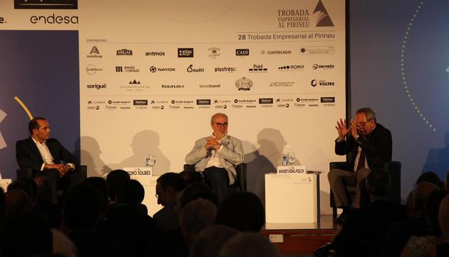 L'exministre d'Economia espanyol, Pedro Solbes, i l'assessor polític i econòmic Juan Verde durant la taula rodona.