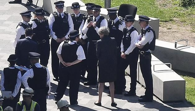 May, conversant amb els agents britànics al lloc de l'incendi.