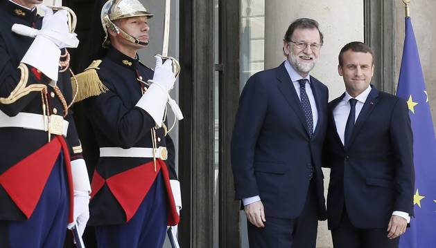 Emmanuel Macron i Mariano Rajoy se saluden a les portes del Palau de l'Elisi, ahir.