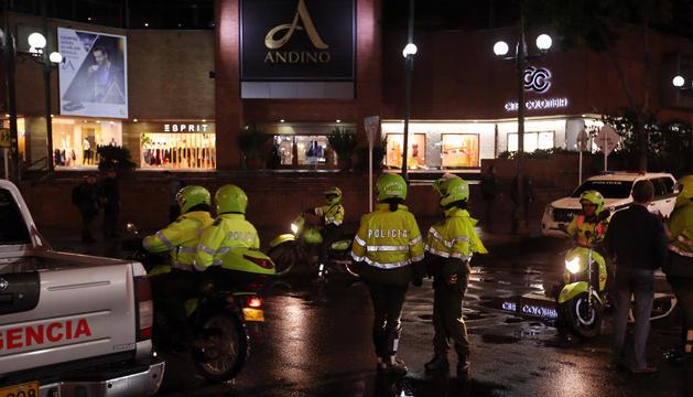 La policia colombiana inspeccionant el centre comercial.