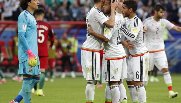 Els jugadors mexicans abraçats.