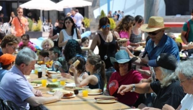 Dinar popular en una edició anterior de la Festa del Poble d'Enamp.
