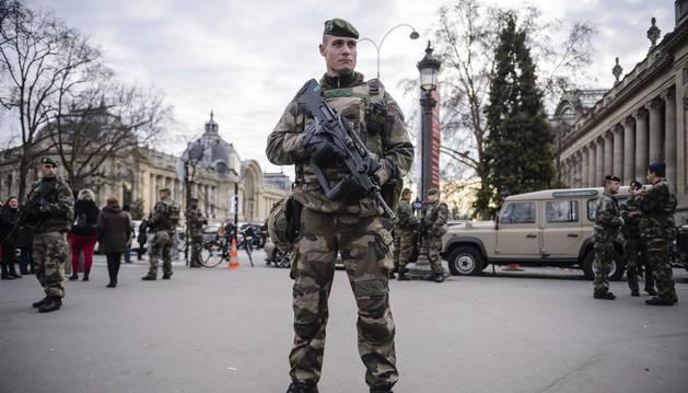 Soldats armats patrullant l'avinguda dels Camps Elisis, ahir.