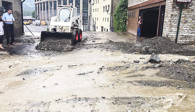 Els bombers fan cinc intervencions per inundacions