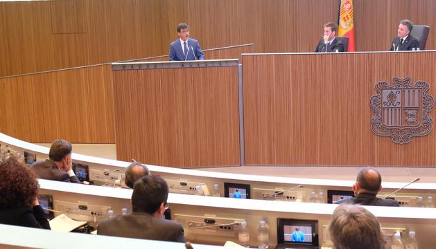 El ministre de Finances, Jordi Cinca, exposa el contingut de la llei que ha estat aprovada.