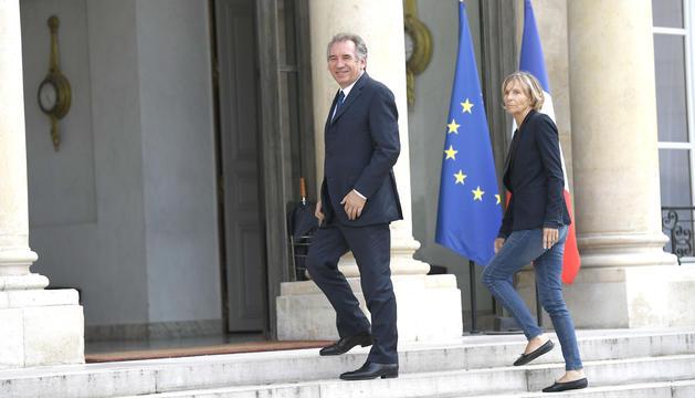 François Bayrou i Marielle de Sarnez dirigint-se a una reunió amb Macron, ahir a l'Elisi.