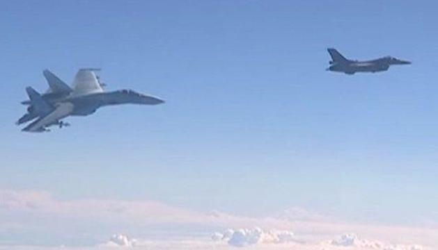 Un vídeo gravat des de l'avió rus mostra les maniobres del caça.